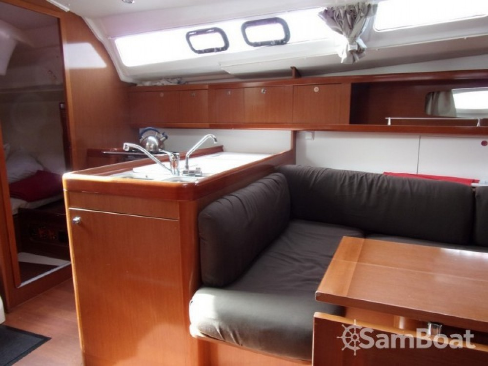 Rental yacht Toulon - Bénéteau Oceanis 37 on SamBoat