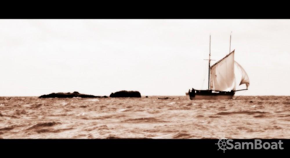 Boat rental Toliara cheap Goélette