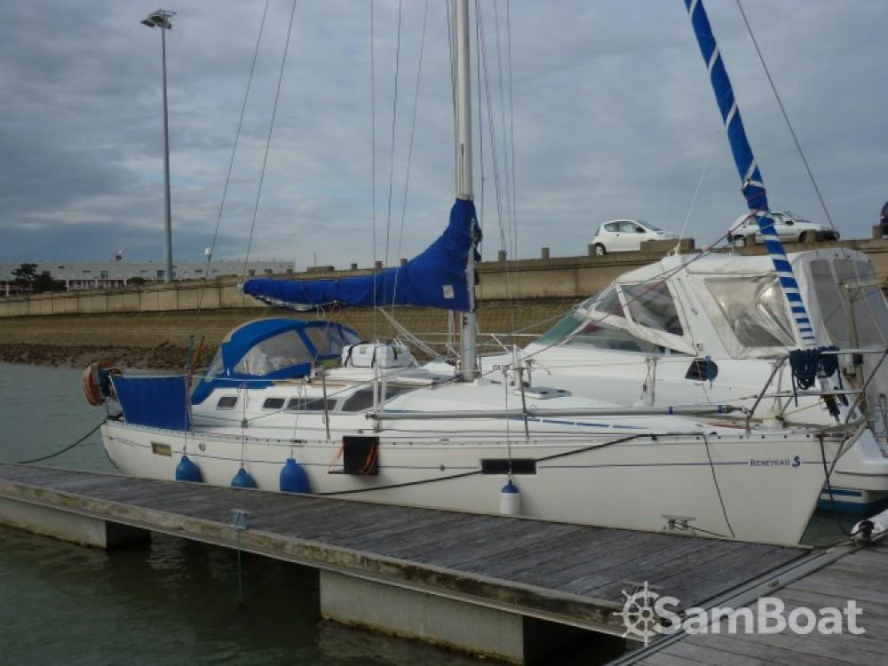 Boat rental Bénéteau Oceanis 320 in Royan on Samboat
