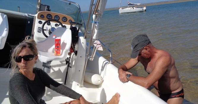 Boat rental Lms 7.05 Hors bord 2 moteurs de 115ch Honda in La Palmyre on Samboat