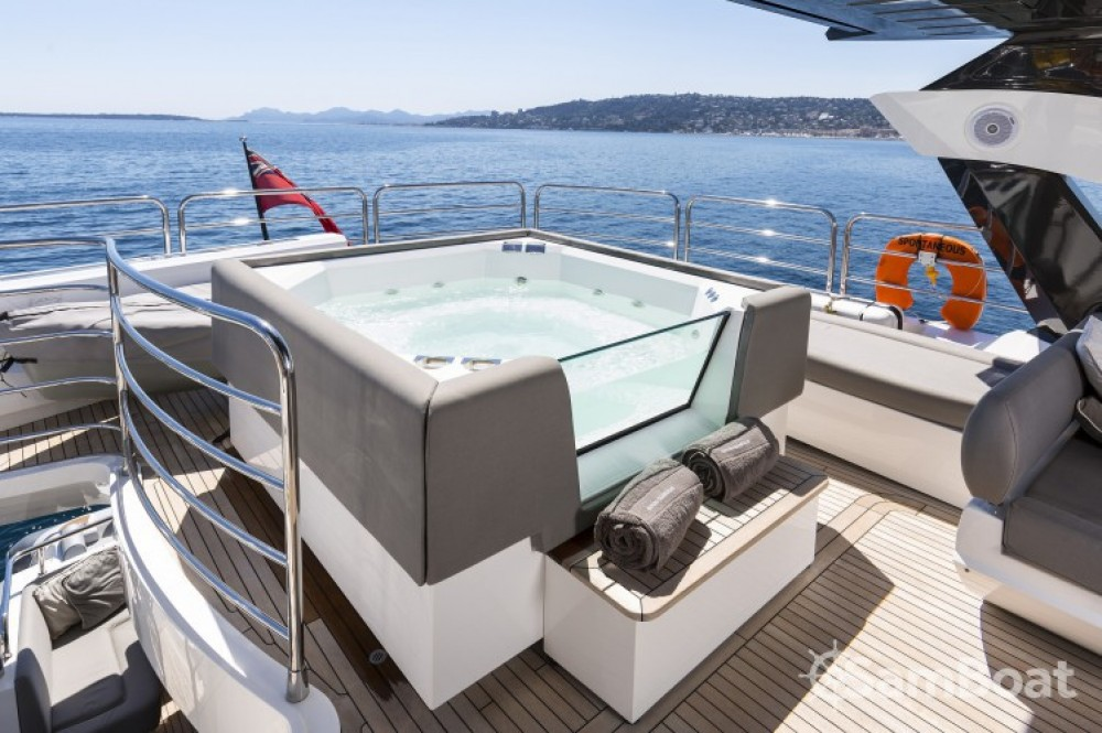 "Sunseeker 28.15 metres (92' 4"") between personal and professional Saint-Tropez"