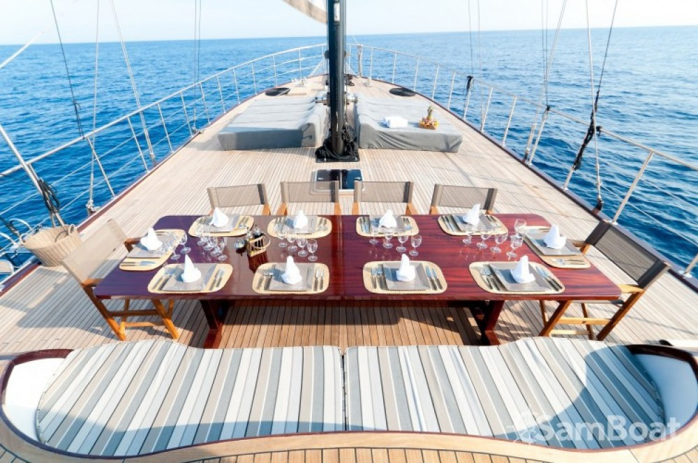 Custom 32.00 metres (105') between personal and professional Cannes