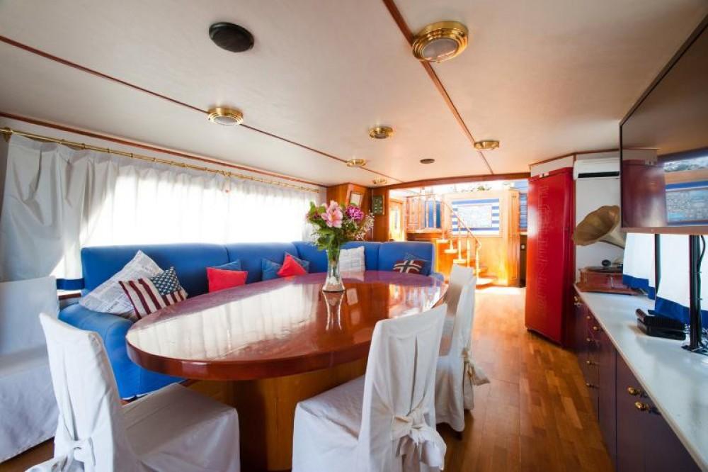 Rental Yacht Peeter Sgeepsbouw with a permit