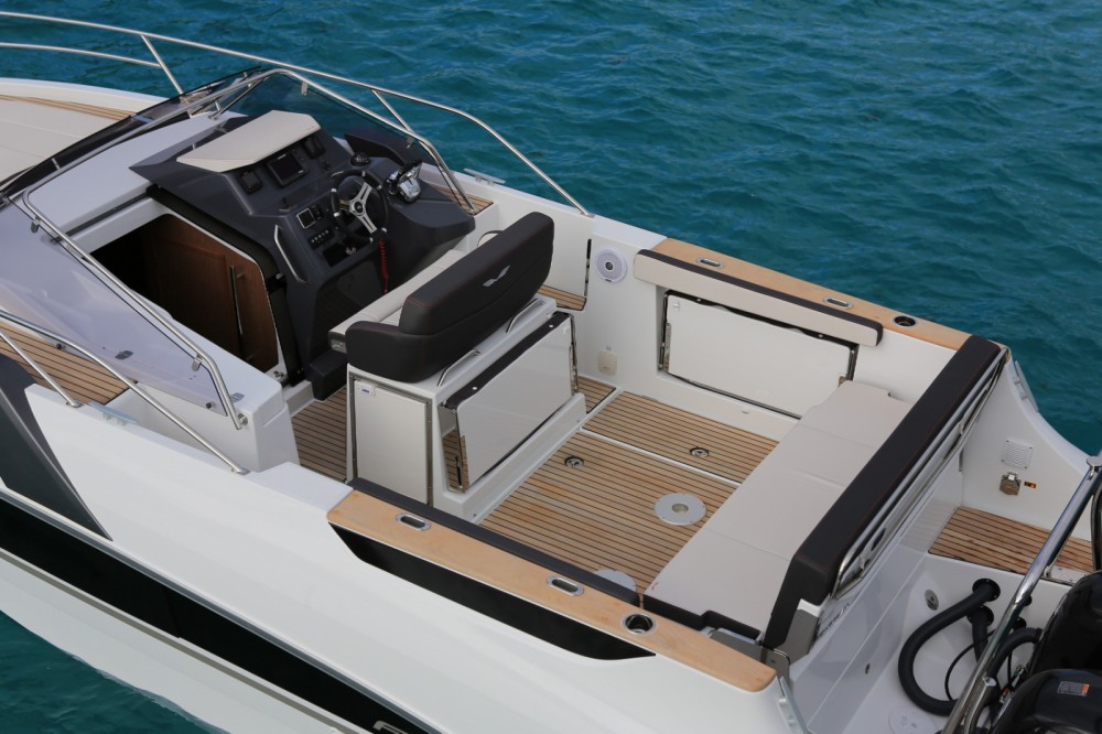 Bénéteau Flyer 8.8 SUNdeck between personal and professional Ajaccio