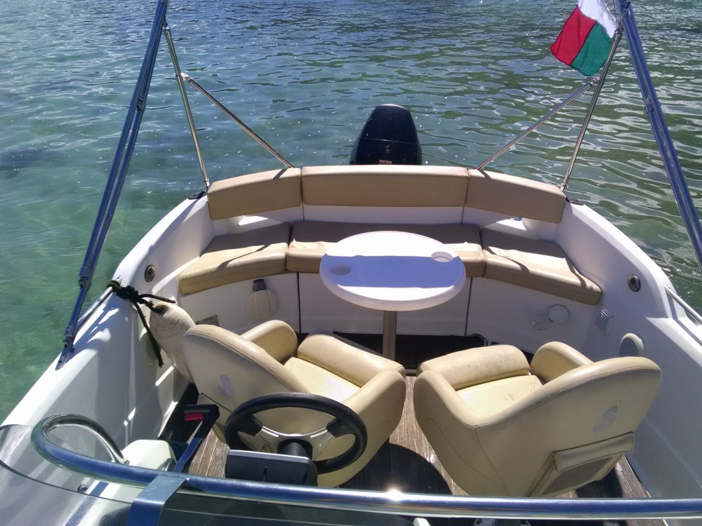 Motor boat for rent Madagascar at the best price