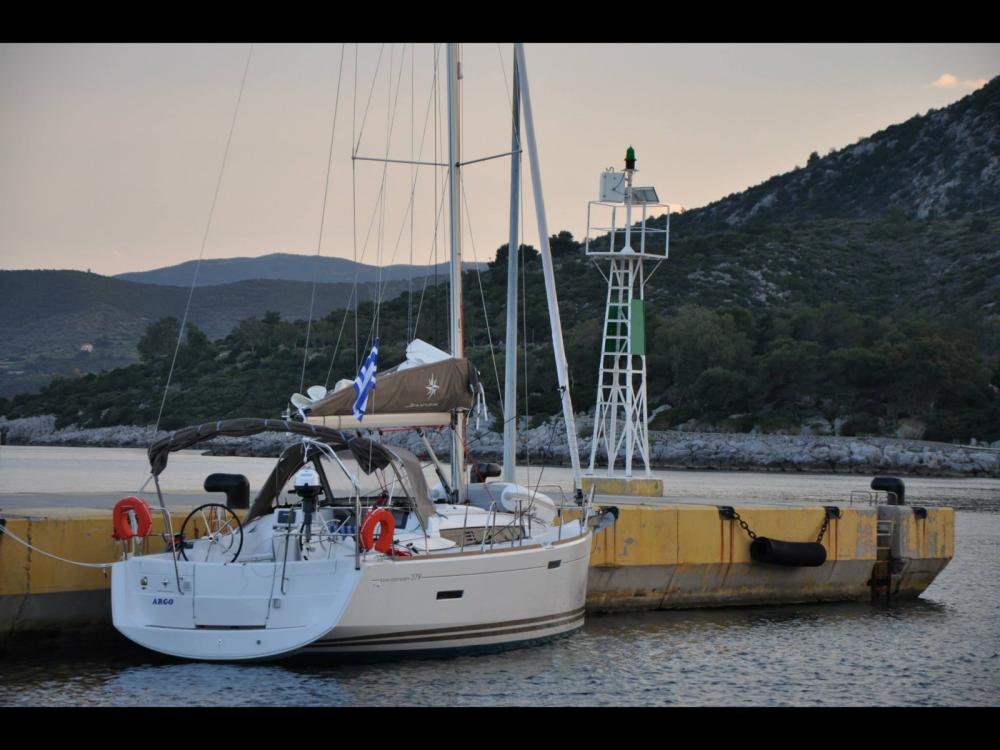Boat rental Jeanneau Sun Odyssey 379 in Álimos on Samboat