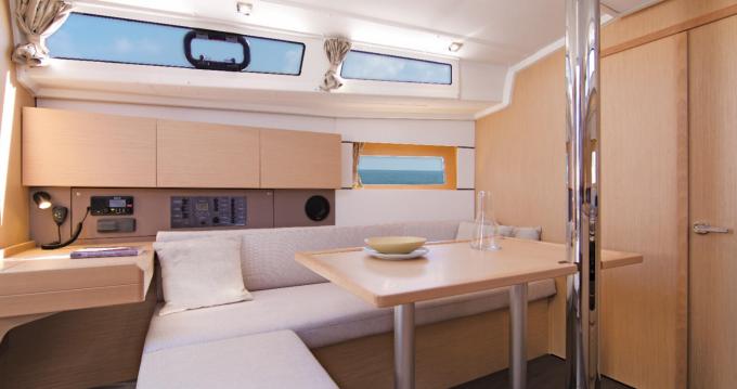 Rental Sailboat in Sari-Solenzara - Bénéteau Oceanis 38.1