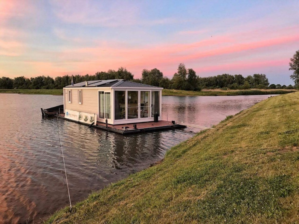 Canal boat for rent Werkendam at the best price