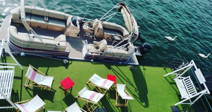 Rental yacht Paris - Suntracker Party Barge 24 on SamBoat