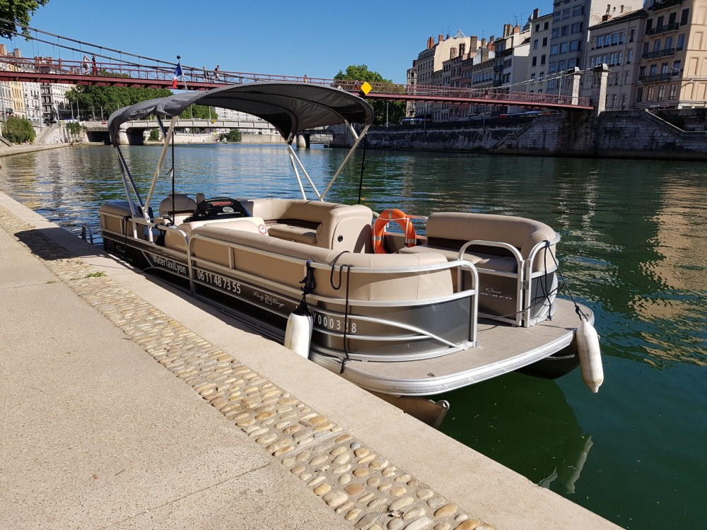 Suntracker PartyBarge 24 XP3 between personal and professional Lyon