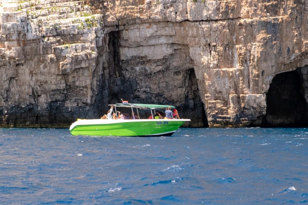 Boat rental Enzo 35 in Bol on Samboat