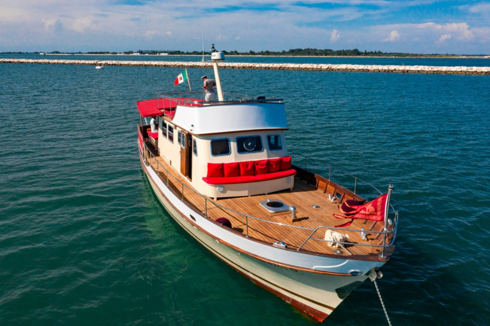 Rental Motorboat Trawler with a permit