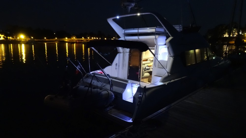 Rental Motorboat in Saint-Gilles-Croix-de-Vie - Silverton 362 Sedan