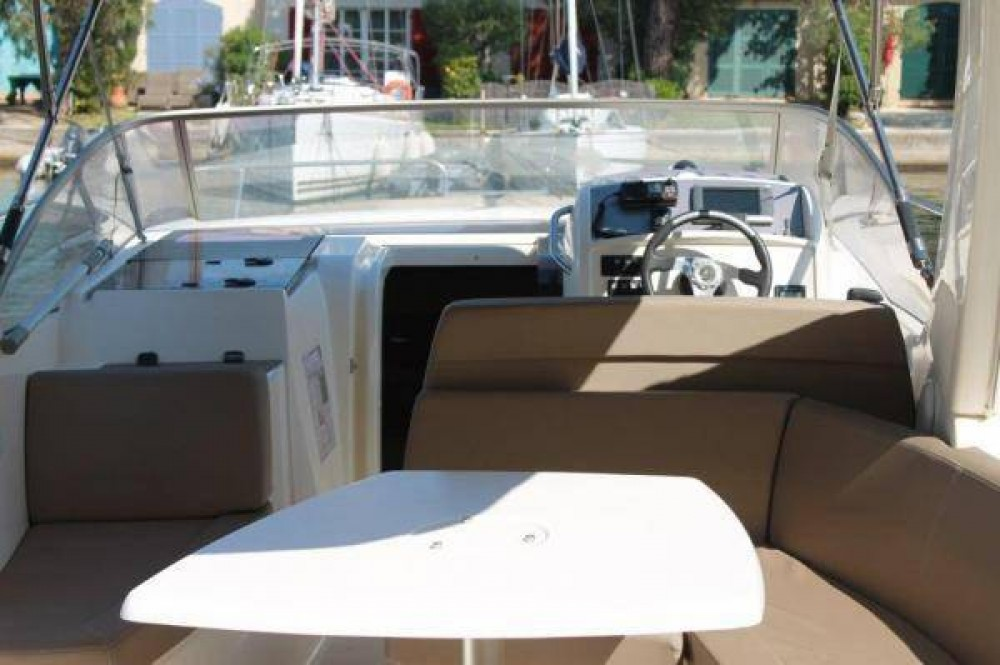 Rental Motorboat in Grimaud - Jeanneau Leader 8