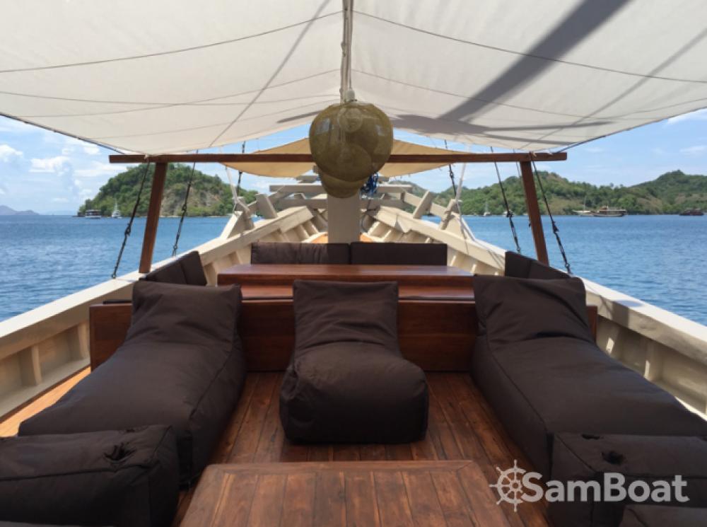 Boat rental Labuan Bajo cheap boat