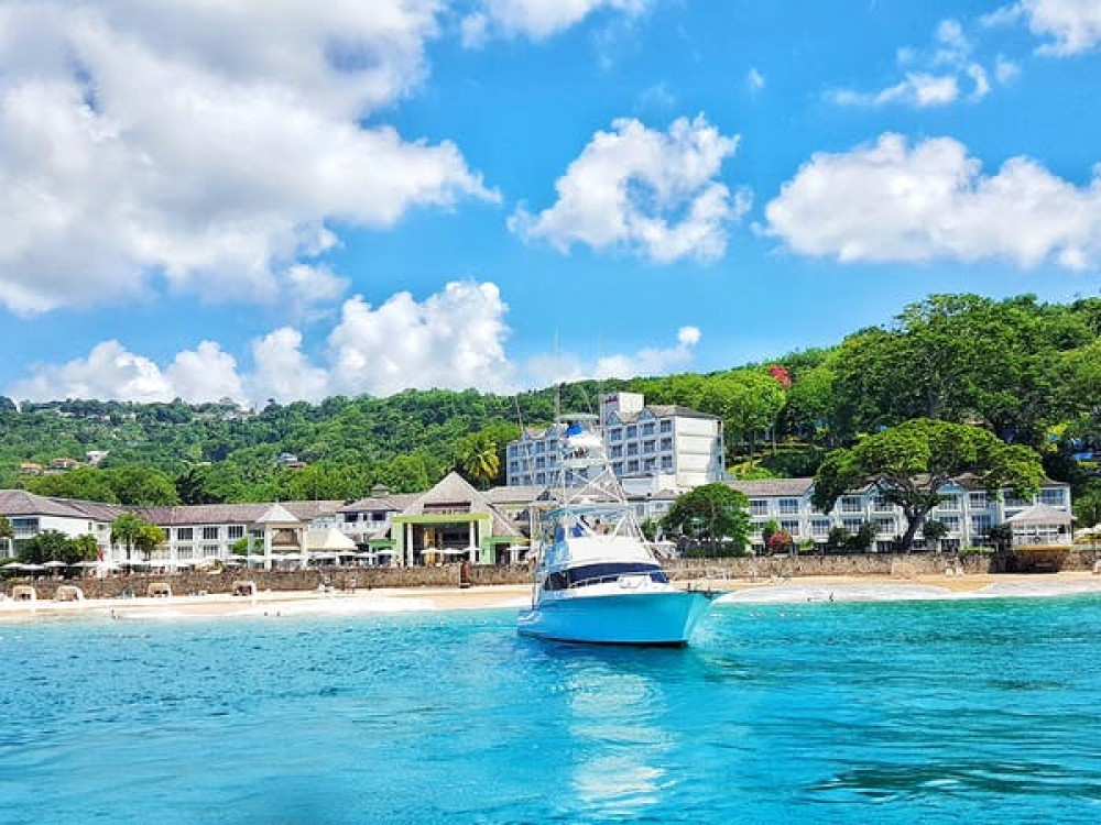 Motorboat for rent Castries at the best price
