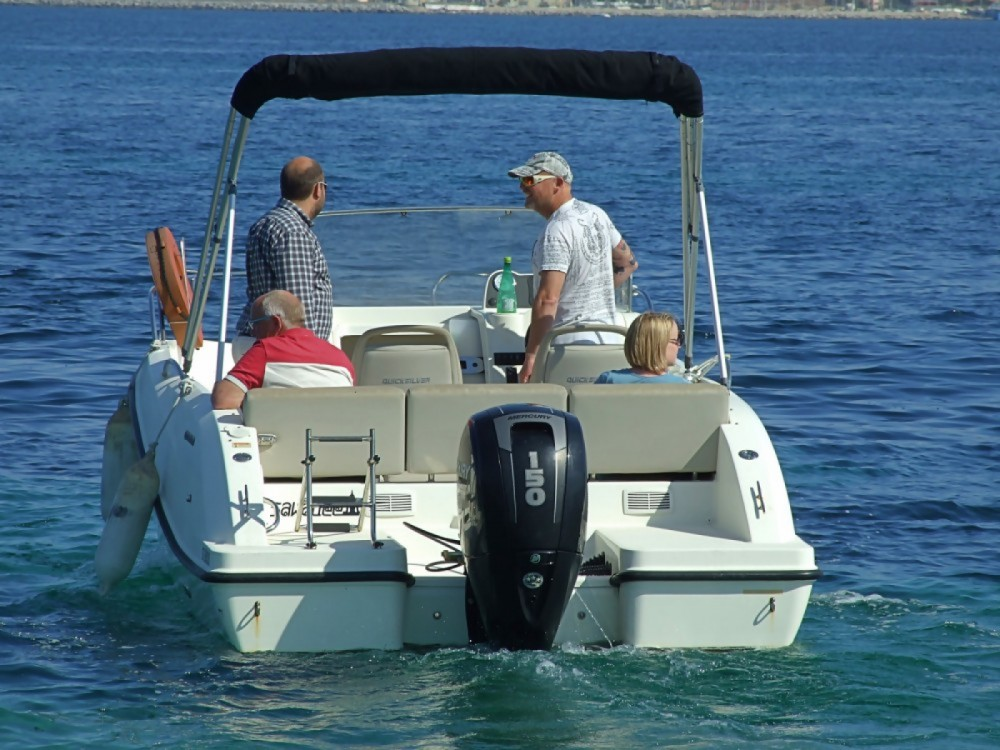 Quicksilver Activ 675 Sundeck between personal and professional Cogolin