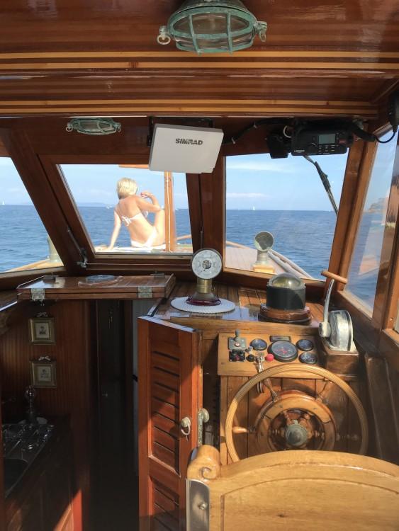 Cantiere Lampedusa Gozzo cabinato legno between personal and professional Porto Azzurro