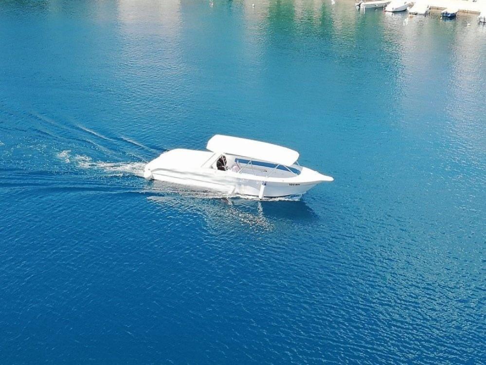 Boat rental Milna cheap 35