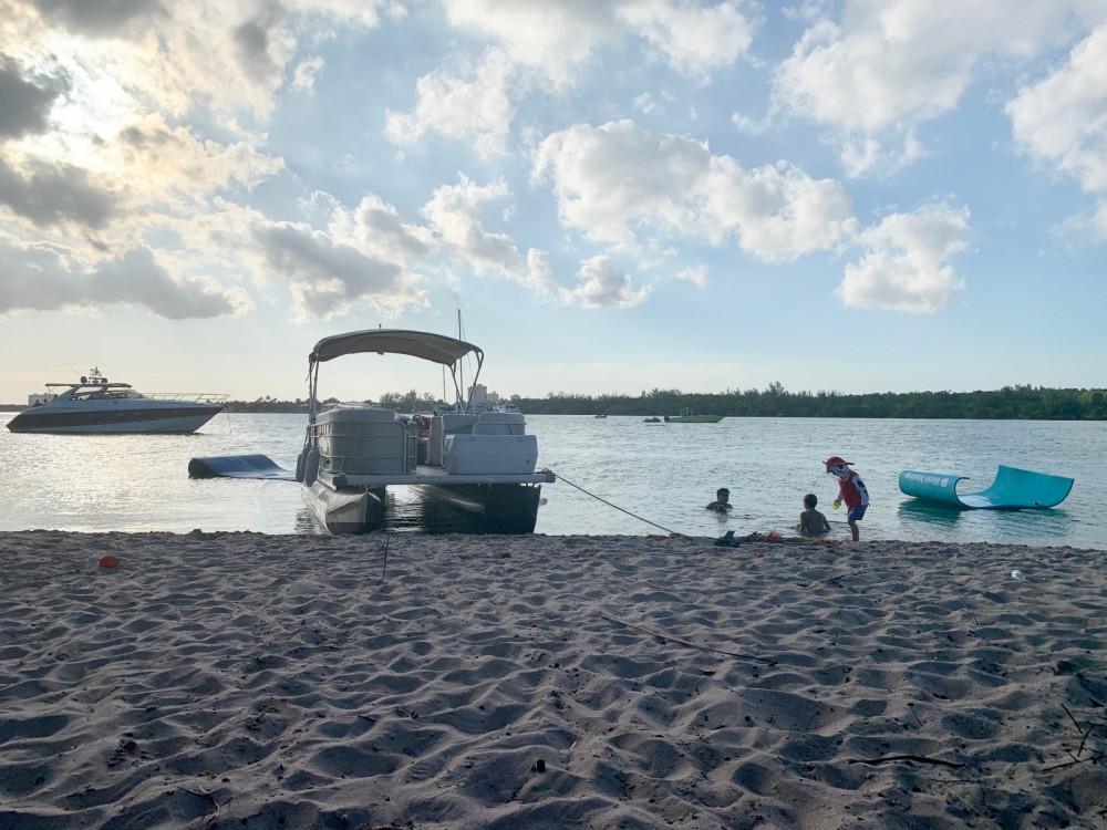 Boat rental Pontoon Pontoon 24 ft in Florida on Samboat