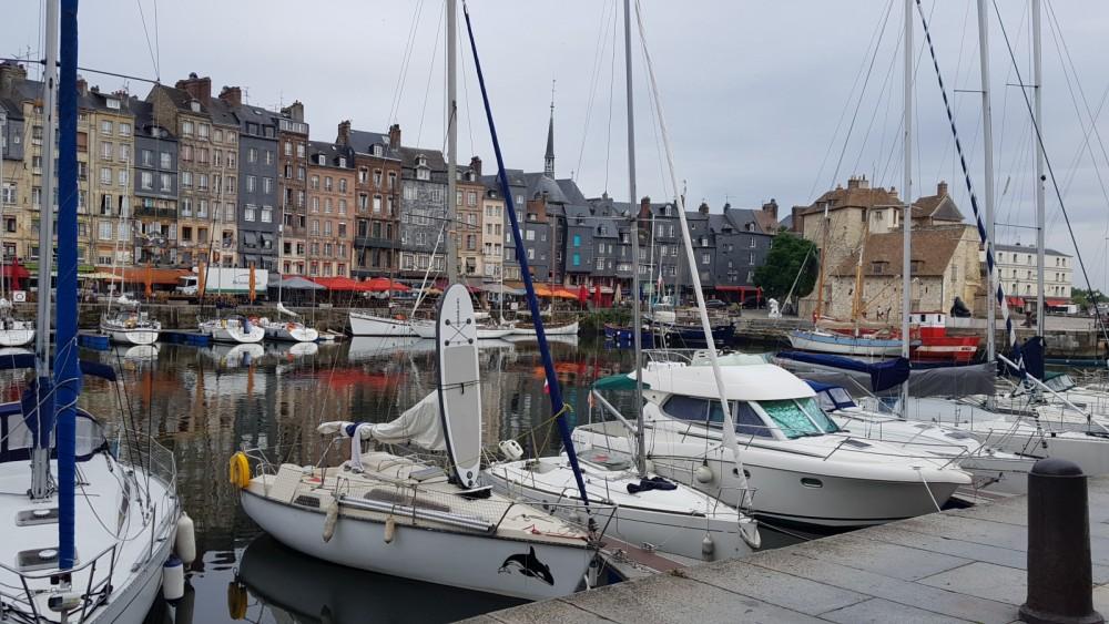 Boat rental Ultramar Orque 70 in Vaux-sur-Seine on Samboat
