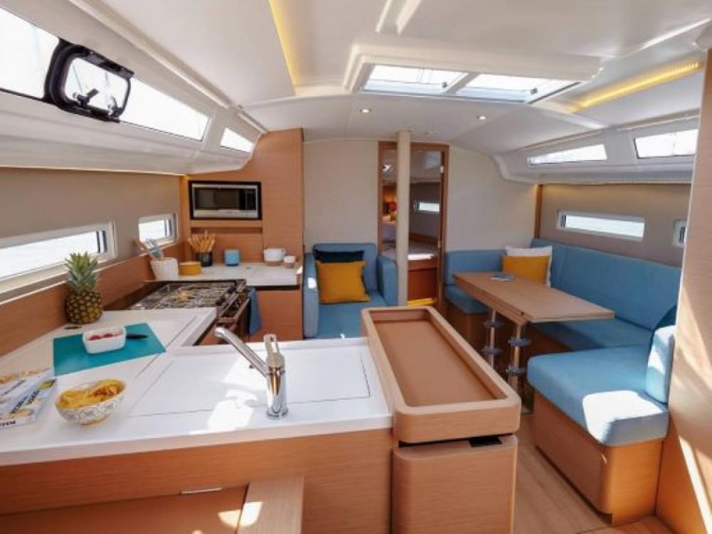 Boat rental Jeanneau Sun Odyssey 410 in Álimos on Samboat