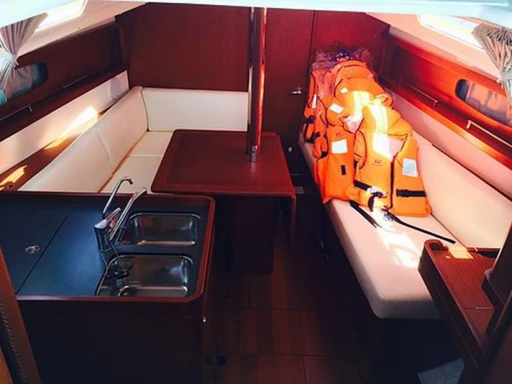 Boat rental Bénéteau Oceanis 31 in Sukošan on Samboat