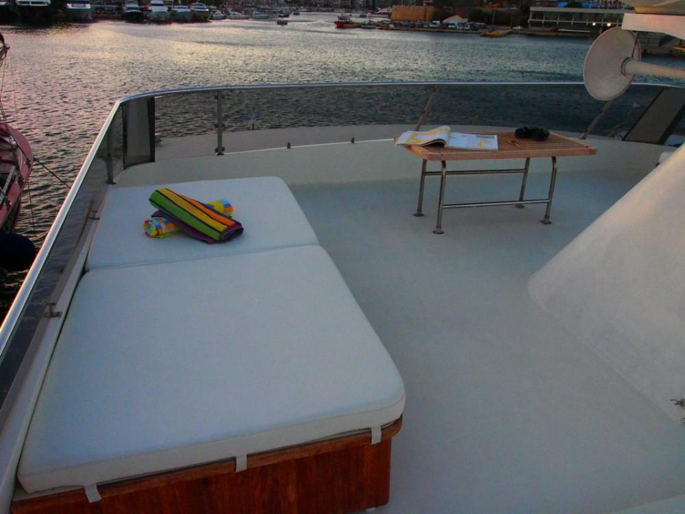 Rent a  Perama Shipyards 102 Flisvos Marina