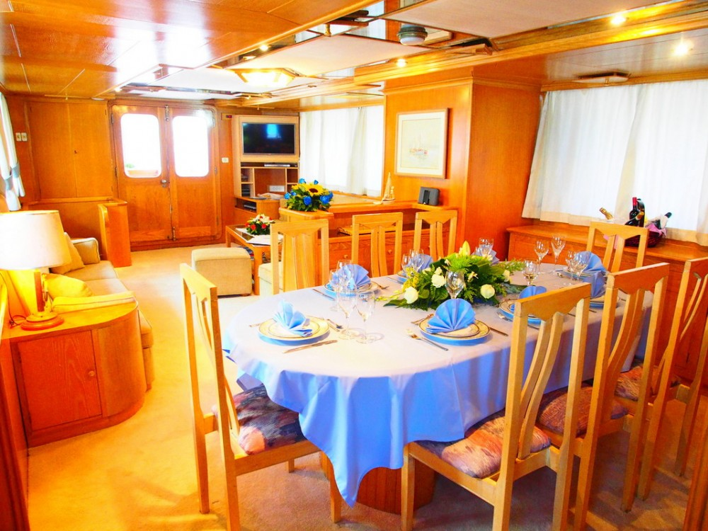 Rental yacht Flisvos Marina -  Perama Shipyards 102 on SamBoat