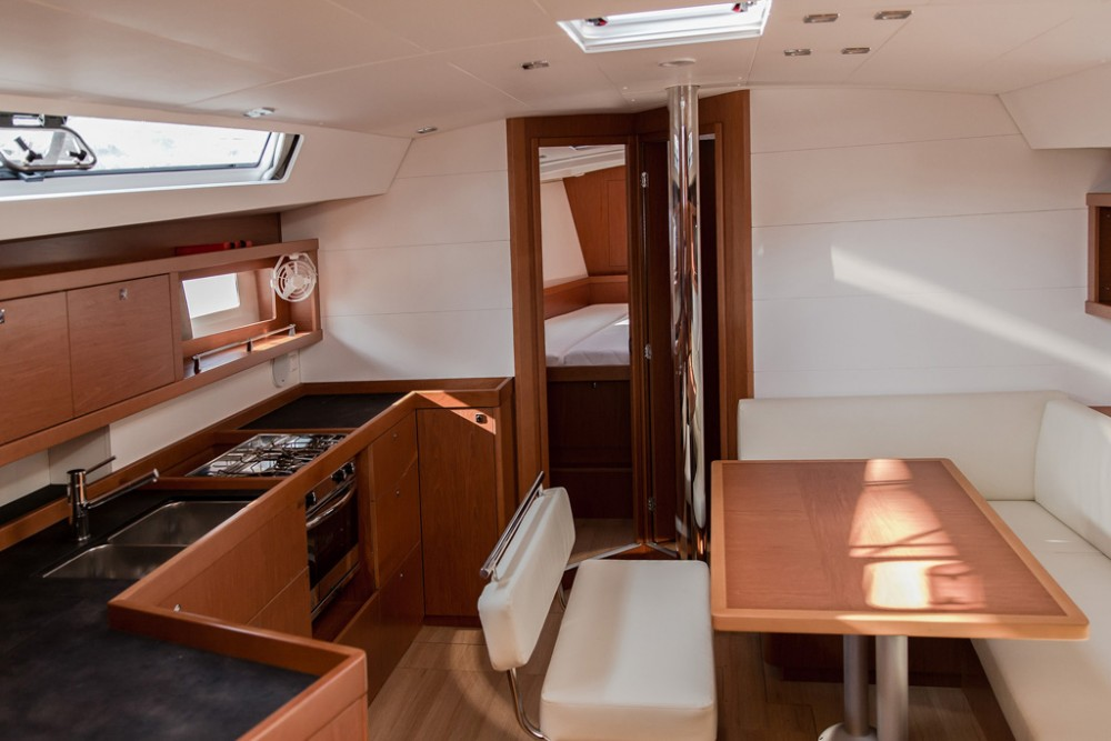 Bénéteau Oceanis 45 (4 cabs) between personal and professional Slano