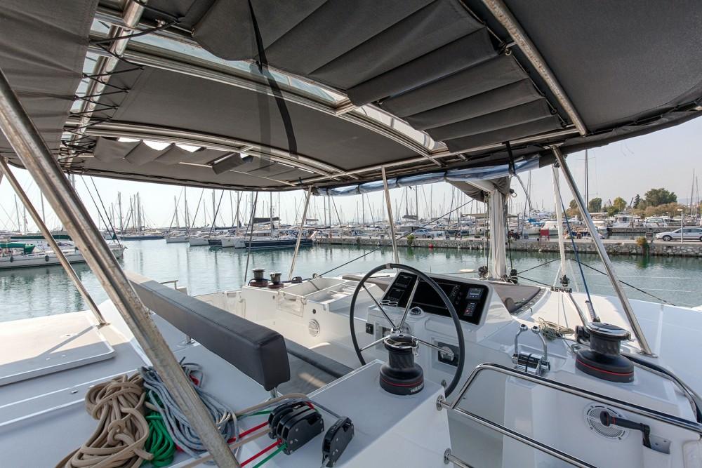 Boat rental Lagoon Lagoon 450  Flybridge in Álimos on Samboat