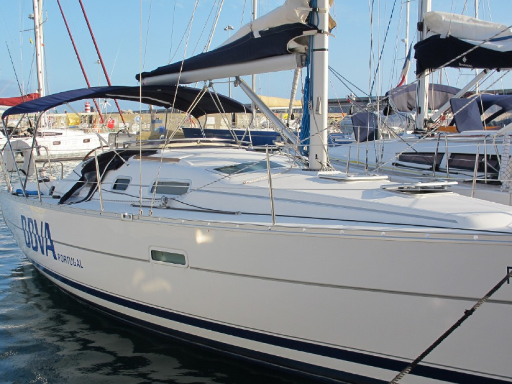 Boat rental Bénéteau Oceanis 323 in Funchal on Samboat