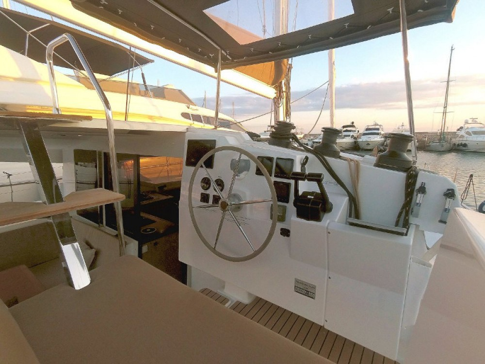 Boat rental Fountaine Pajot Lucia 40 in Portimão on Samboat
