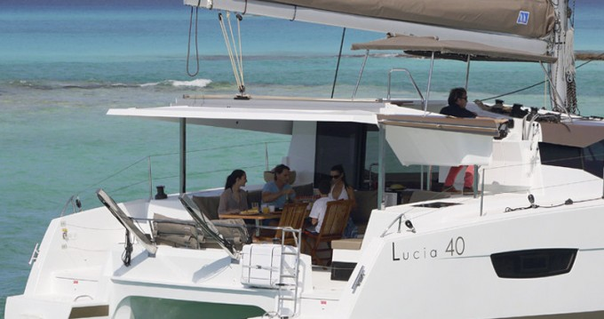 Rental Catamaran in Porto de Portimao - Fountaine Pajot Lucia 40