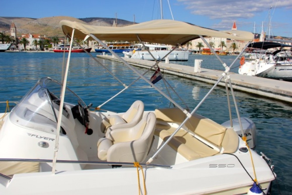 Boat rental Bénéteau Beneteau Flyer 550 SD in Trogir on Samboat