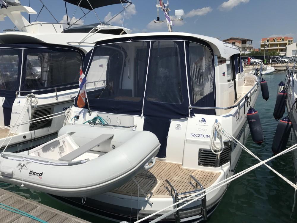 Boat rental Nimbus Nimbus 365 Coupé in Marina Pirovac on Samboat