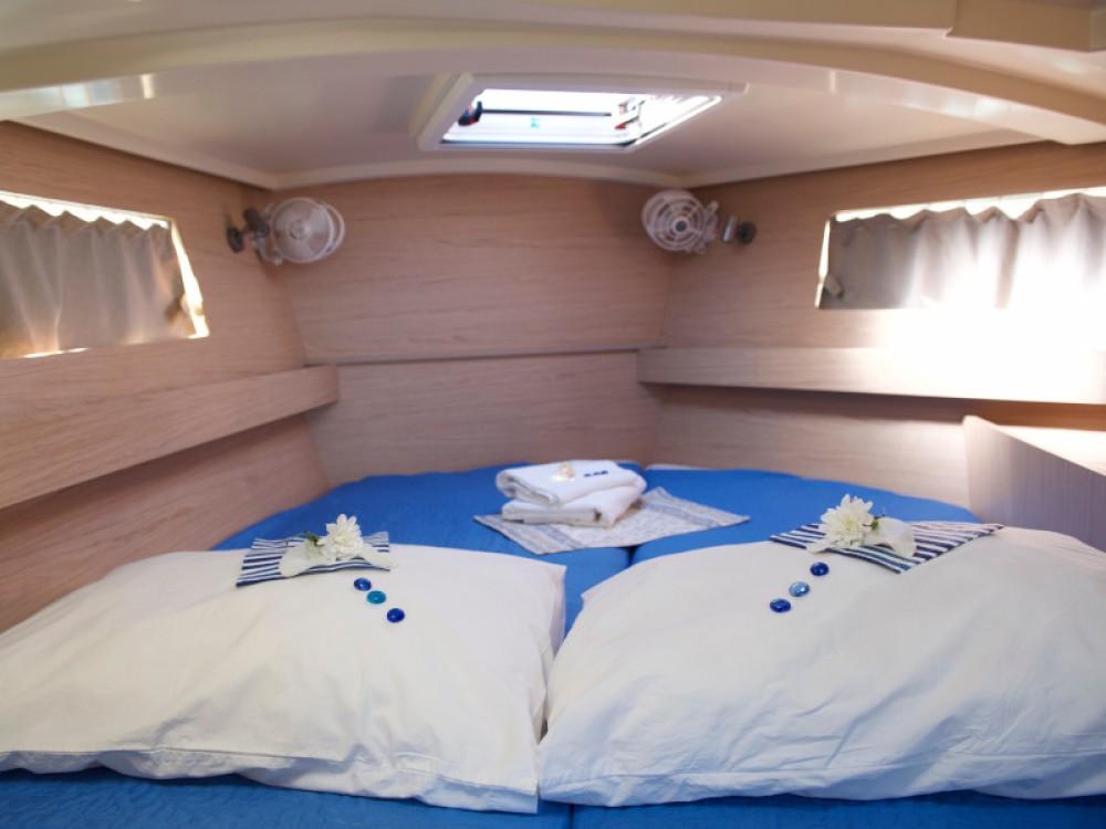 Boat rental Bénéteau Oceanis 41.1 in Alimos Marina on Samboat