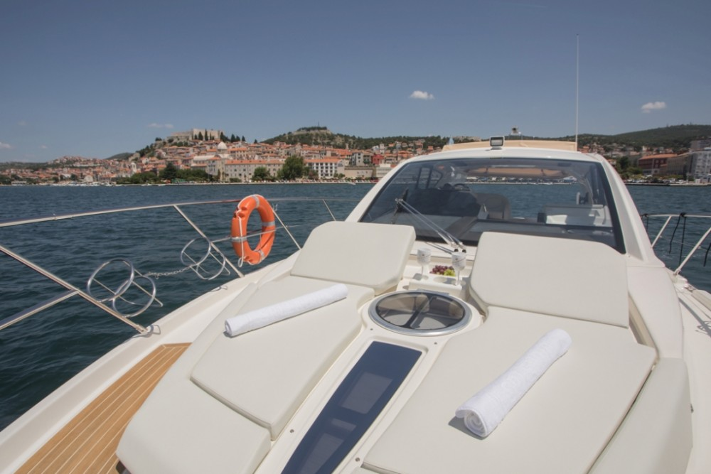 Boat rental Cranchi Cranchi M44 HT in Šibenik on Samboat