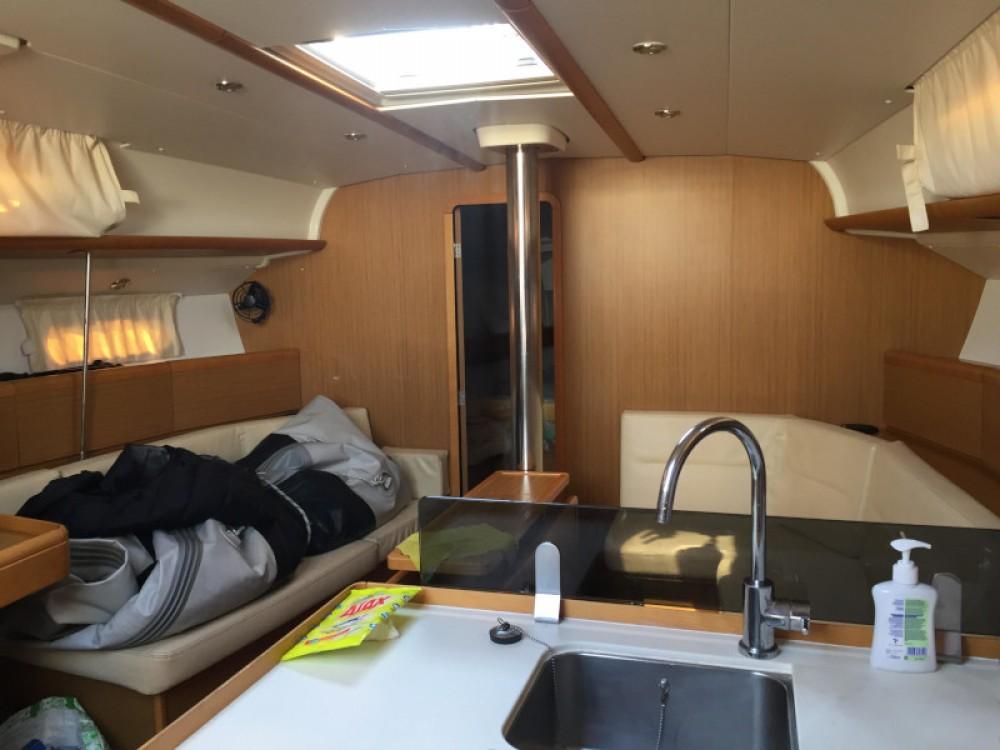 Boat rental Jeanneau Sun Odyssey 42i in Álimos on Samboat