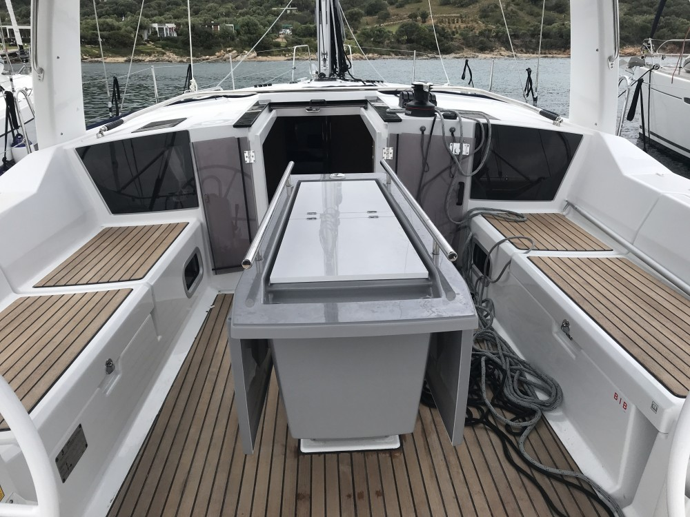 Rental Sailboat in Cala dei Sardi - Bénéteau Oceanis 41.1