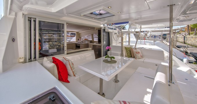 Boat rental Leopard Sunsail 404 in Eden Island on Samboat