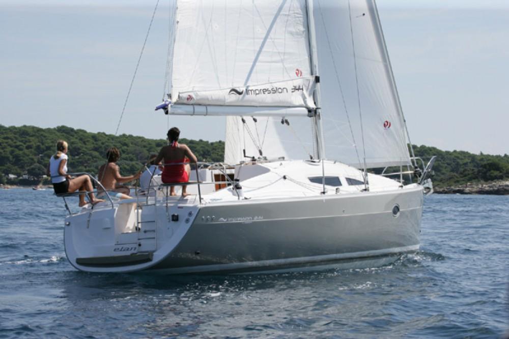 Sailboat for rent Jezera at the best price