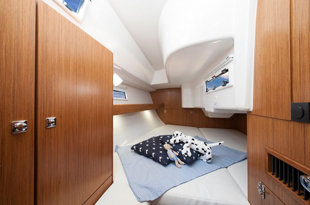 Boat rental Bavaria Bavaria Cruiser 33 in Jezera on Samboat