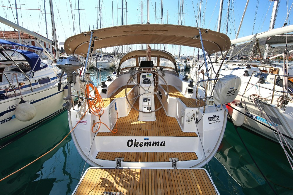 Boat rental Bavaria Cruiser 33 in Trogir on Samboat