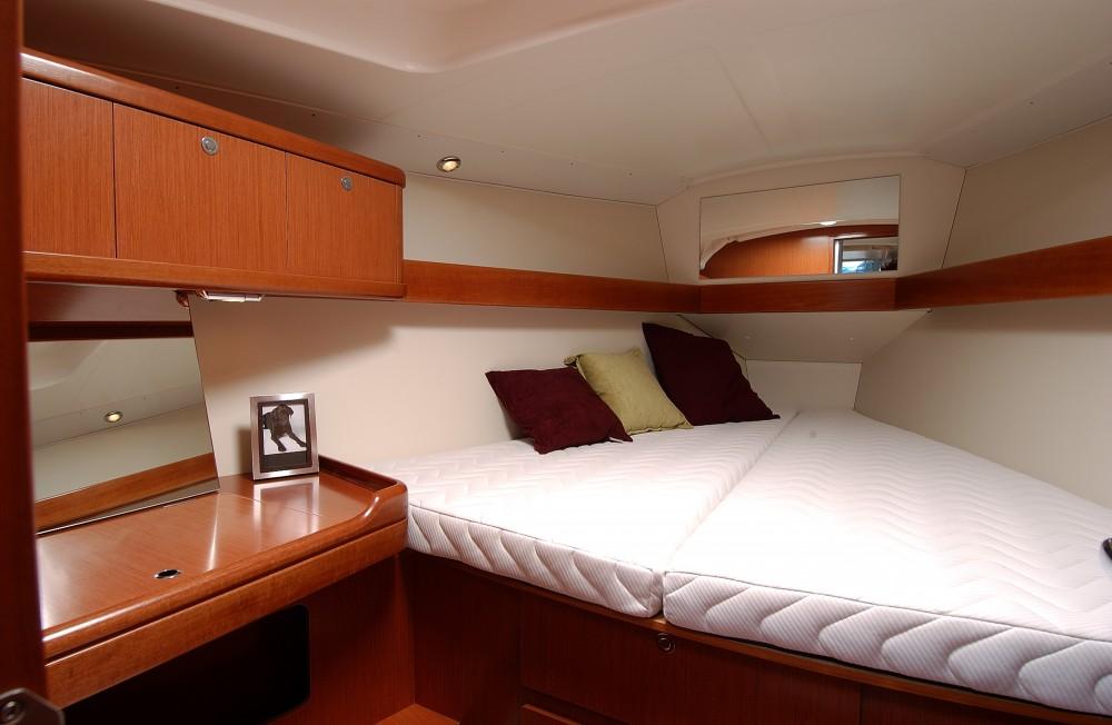 Rental yacht Eastleigh - Bénéteau Oceanis 37 on SamBoat