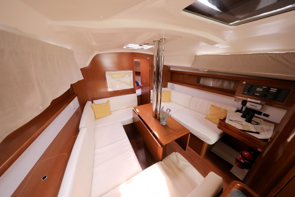 Bénéteau Oceanis 34 between personal and professional