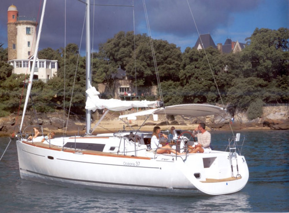 Boat rental Bénéteau Oceanis 37 in Athens on Samboat