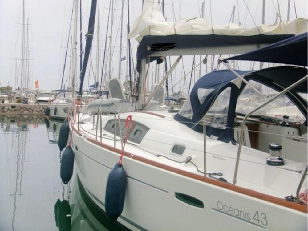 Boat rental Bénéteau Oceanis 43 in Álimos on Samboat