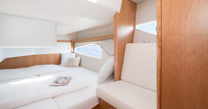 Boat rental Sealine Sealine C330 in Pula on Samboat