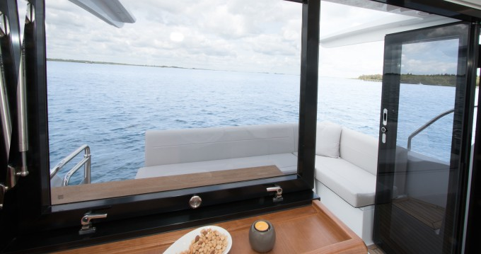 Rental Motorboat in Pula - Sealine Sealine C330